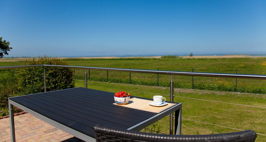 Haus Darßblick, Terrasse mit Blick zum Saaler Bodden