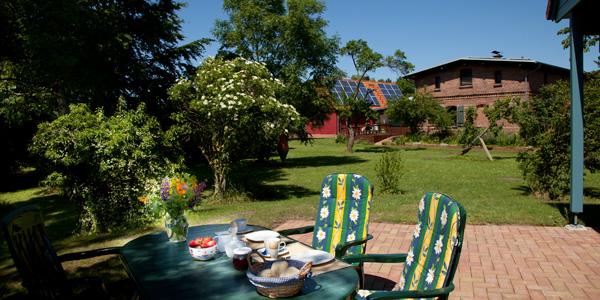 Haus Kranichblick, Ferienhaus, Frühstück auf der Terrasse, Blick zum Saaler Bodden